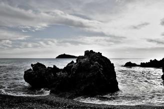 isola_cirella_bw_scogliera